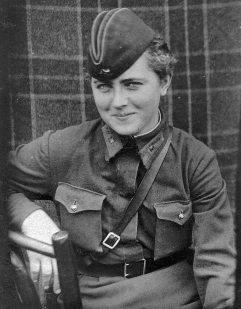 Pilotka 46. gardového nočního bombardovacího leteckého pluku Jevgenija Žigulenková. Dne 23. února 1945 obdržela vyznamenání Hrdinka Sovětského svazu