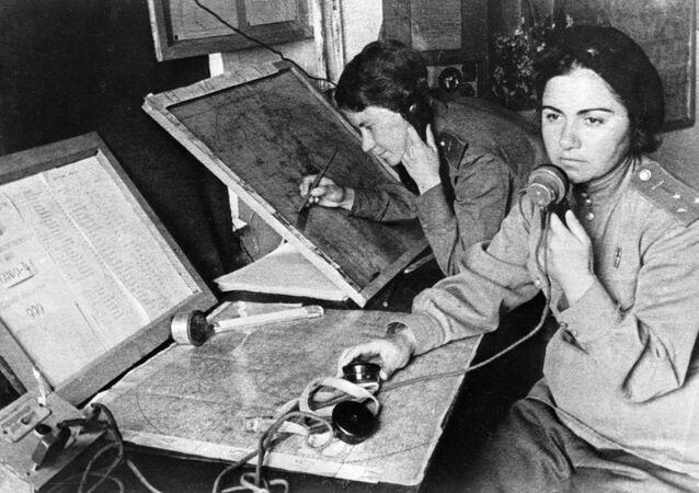 Operátorka a velitelka 586. stíhacího leteckého pluku ve štábu navádění během Velké vlastenecké války