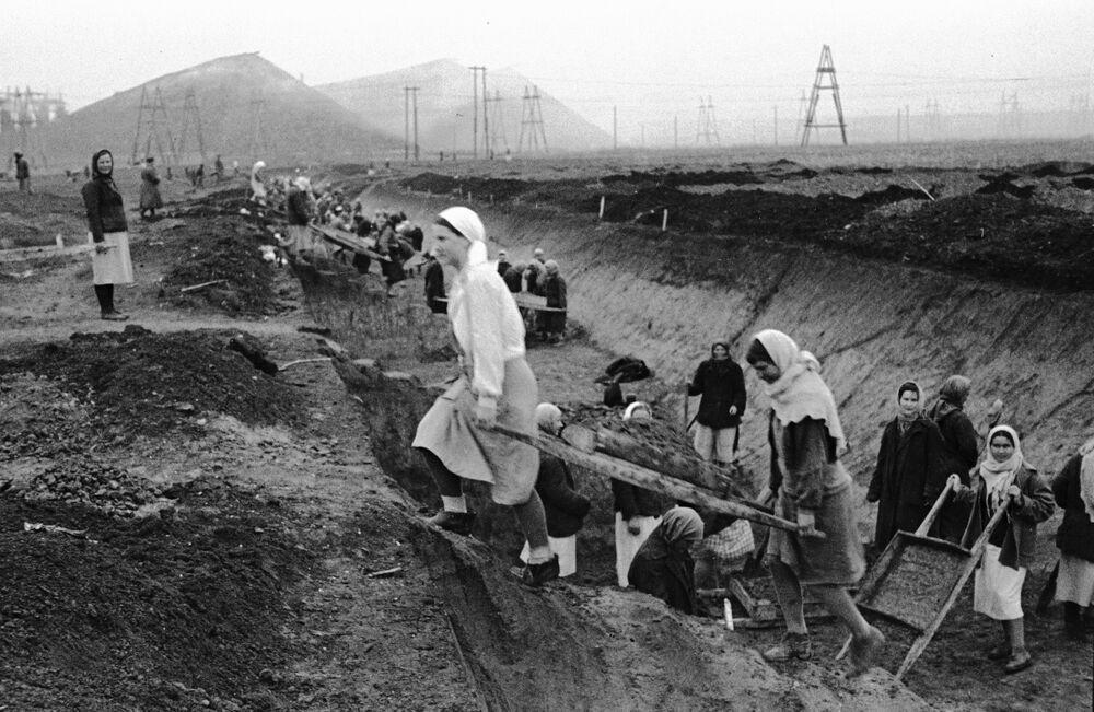 Ženy v Doněcké oblasti kopají zákopy