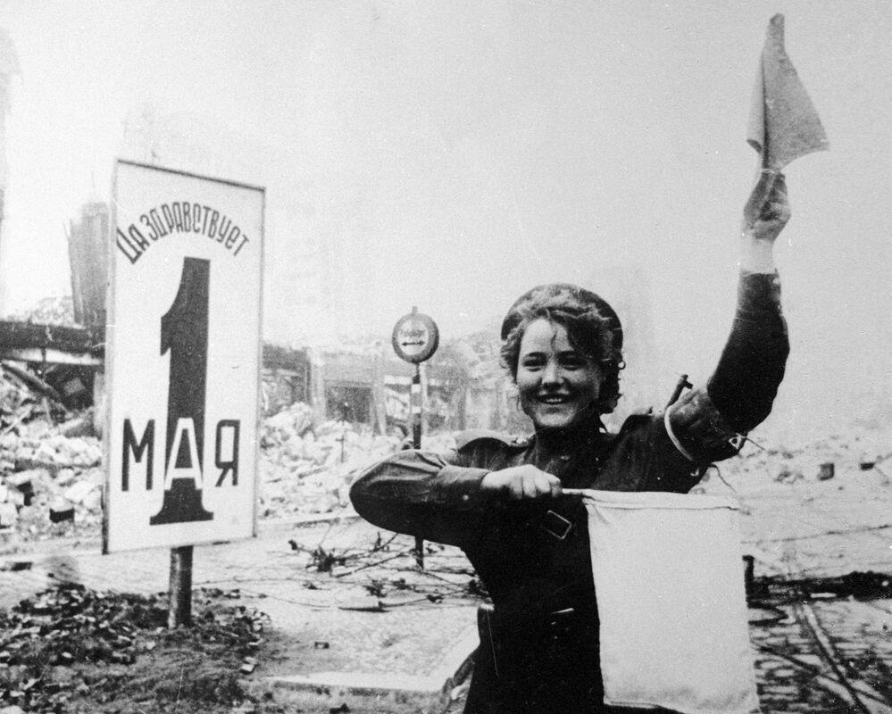 Vojačka Marija Šalněvová na Alexanderplatzu v Berlíně