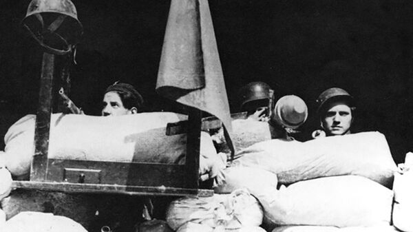 Účastníci pražského povstání 5. května 1945 na barikádách - Sputnik Česká republika