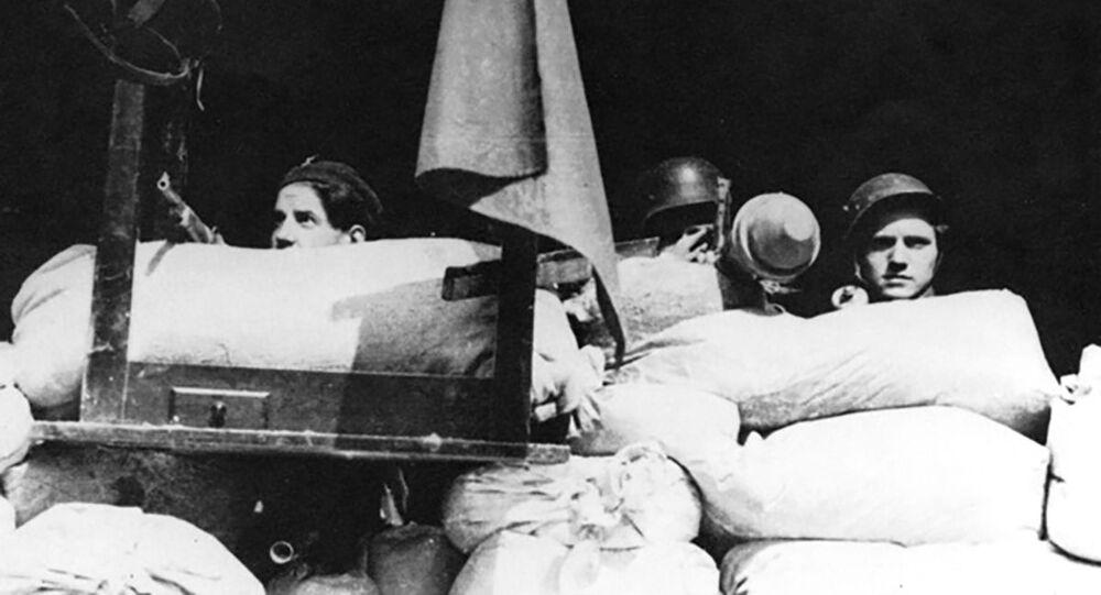 Účastníci pražského povstání 5. května 1945 na barikádách