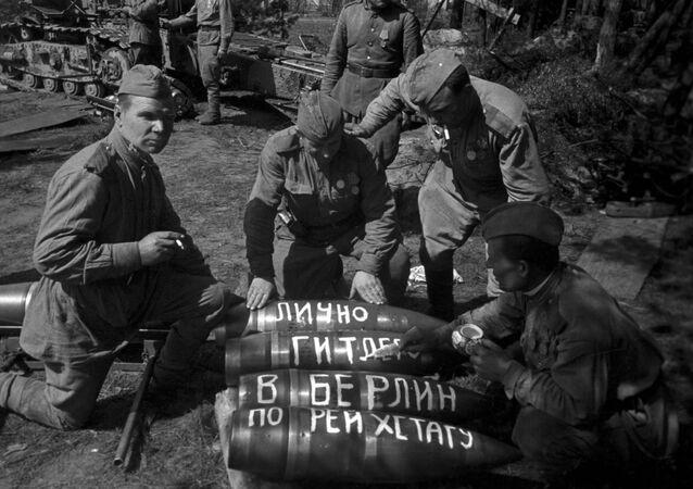 Sovětští dělostřelci se připravují na útok na Berlín, 1945. Ilustrační foto