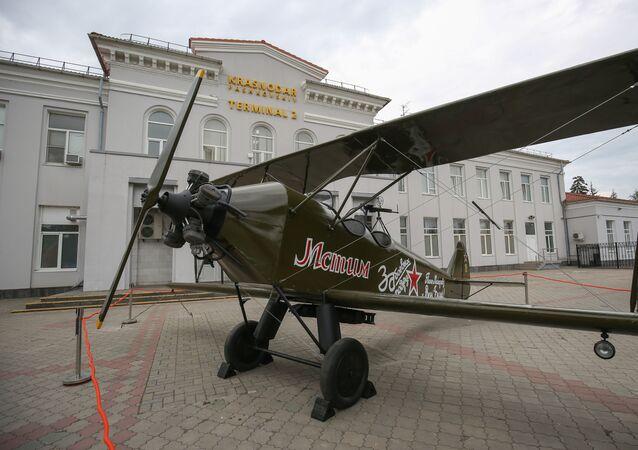 Model letadla Po-2 poblíž budovy letiště v Krasnodaru
