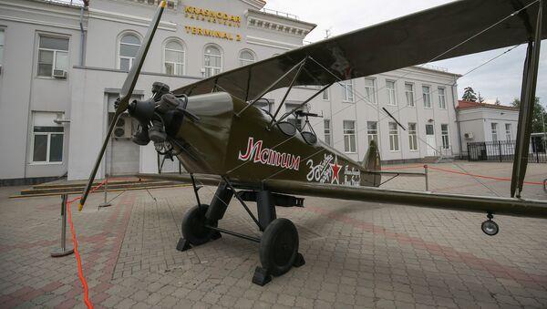Model letadla Po-2 poblíž budovy letiště v Krasnodaru - Sputnik Česká republika