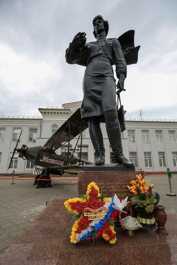 Památník velitelky 588. nočního bombardovacího ženského leteckého pluku Jevdokije Beršanské a model letadla Po-2 poblíž budovy letiště v Krasnodaru - Sputnik Česká republika