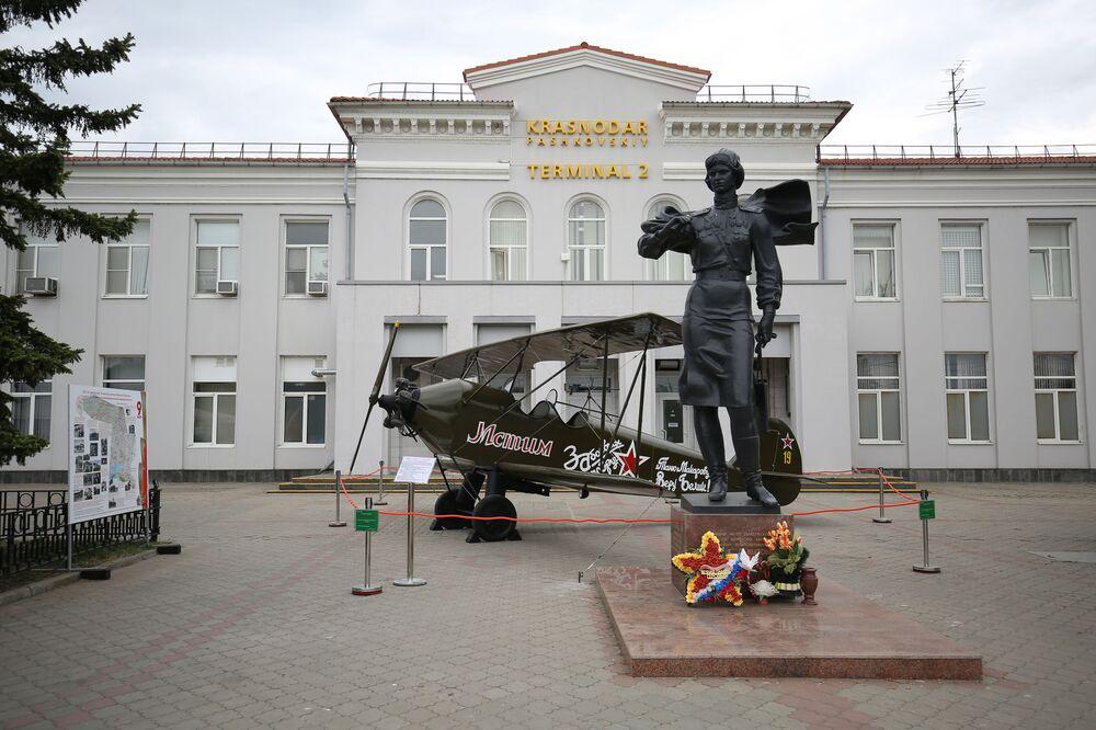 Památník velitelky 588. nočního bombardovacího ženského leteckého pluku Jevdokije Beršanské a model letadla Po-2 poblíž budovy letiště v Krasnodaru