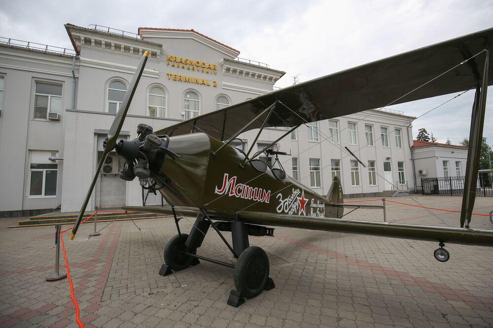 Model letadla Po-2 poblíž budovy letiště v Krasnodaru.