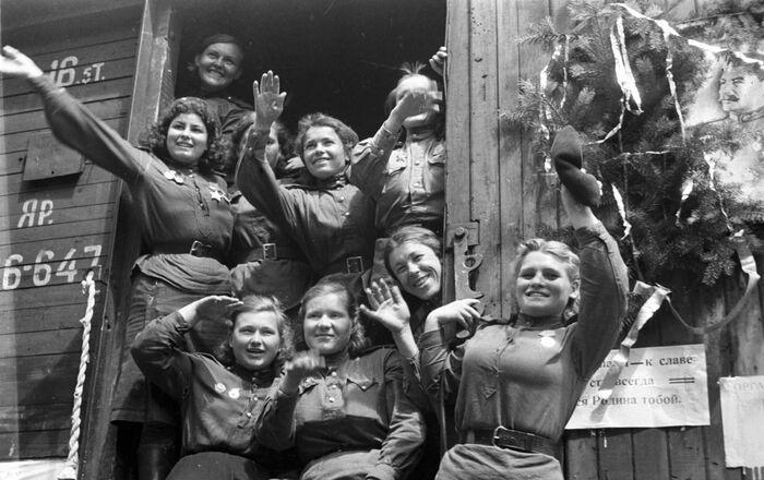 Demobilizované dívky opouští Německo, 1945