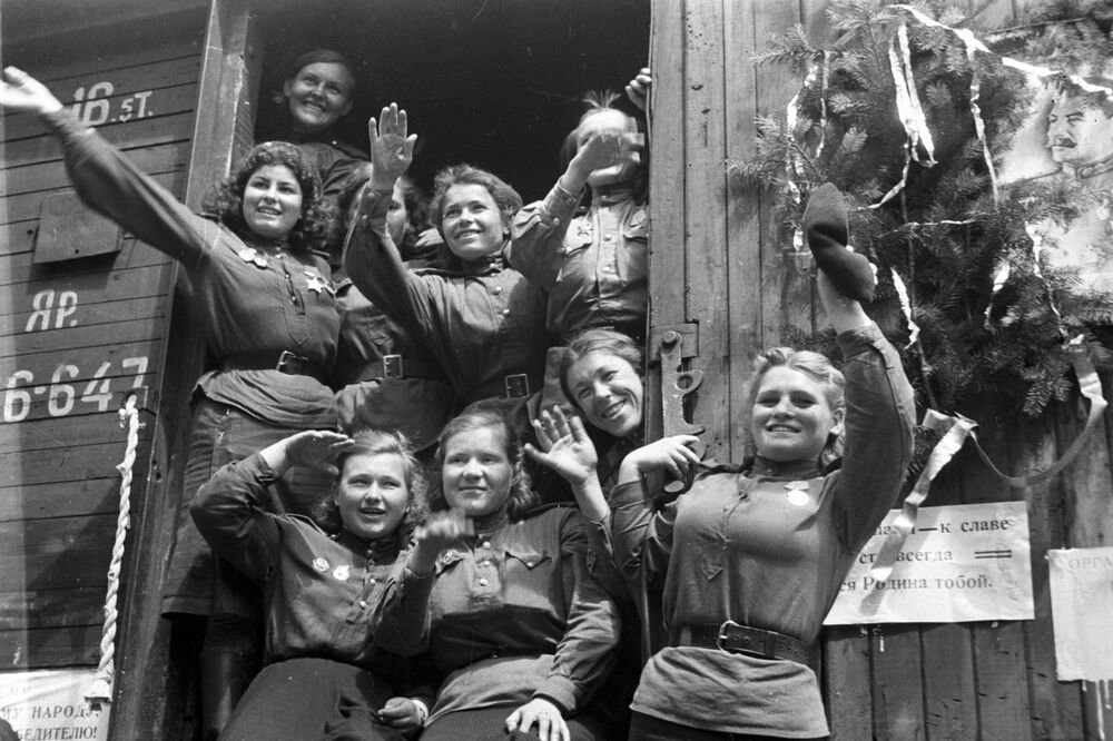 Demobilizované dívky opouští Německo, 1945.