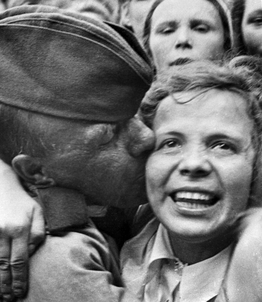 Setkání na Běloruském nádraží prvního ešalonu bojovníků, kteří se vrátili z fronty po vítězství, červen 1945