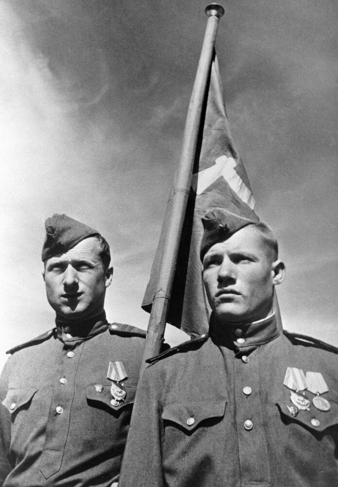 Sovětští vojáci Meliton Kantaria a Michail Jegorov vztyčili vlajku vítězství nad berlínským říšským sněmem, květen 1945