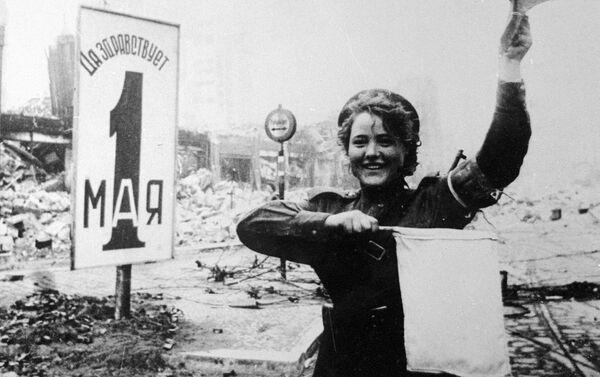 Během války se velké množství dívek zabývalo řízením dopravy. Po válce ale museli svá pracovní místa přenechat mužům, kteří se vrátili z fronty. Na fotografii: Marija Šalněvová řídí dopravu na náměstí Alexanderplatz v Berlíně.  - Sputnik Česká republika