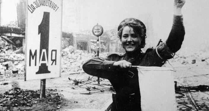 Během války se velké množství dívek zabývalo řízením dopravy. Po válce ale museli svá pracovní místa přenechat mužům, kteří se vrátili z fronty. Na fotografii: Marija Šalněvová řídí dopravu na náměstí Alexanderplatz v Berlíně