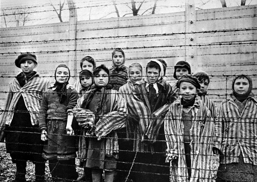 Děti v koncentračním táboře Osvětim, 1945