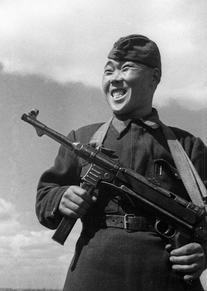 Snajpr Maxim Passar, který zlikvidoval 236 nepřátelských vojáků během obrany Stalingradu, 1942