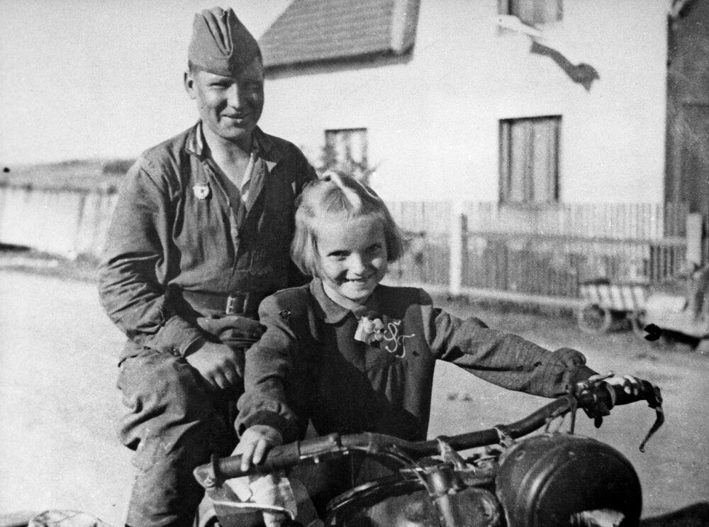 Sovětský voják a česká dívka. Obec Čimelice, 1945