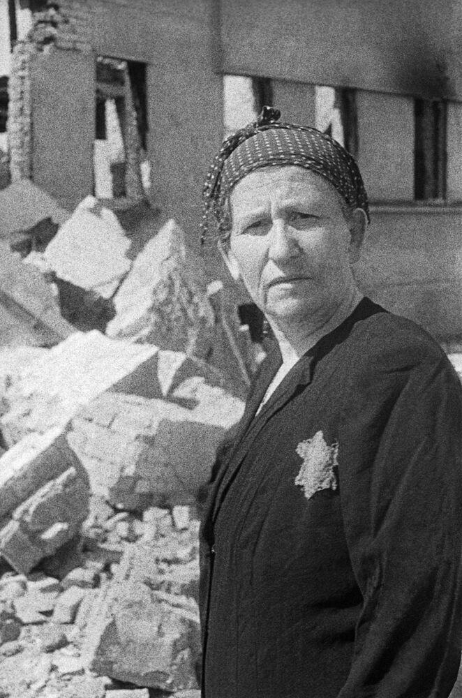 Obyvatelka židovského ghetta v troskách jejího domu, 1943