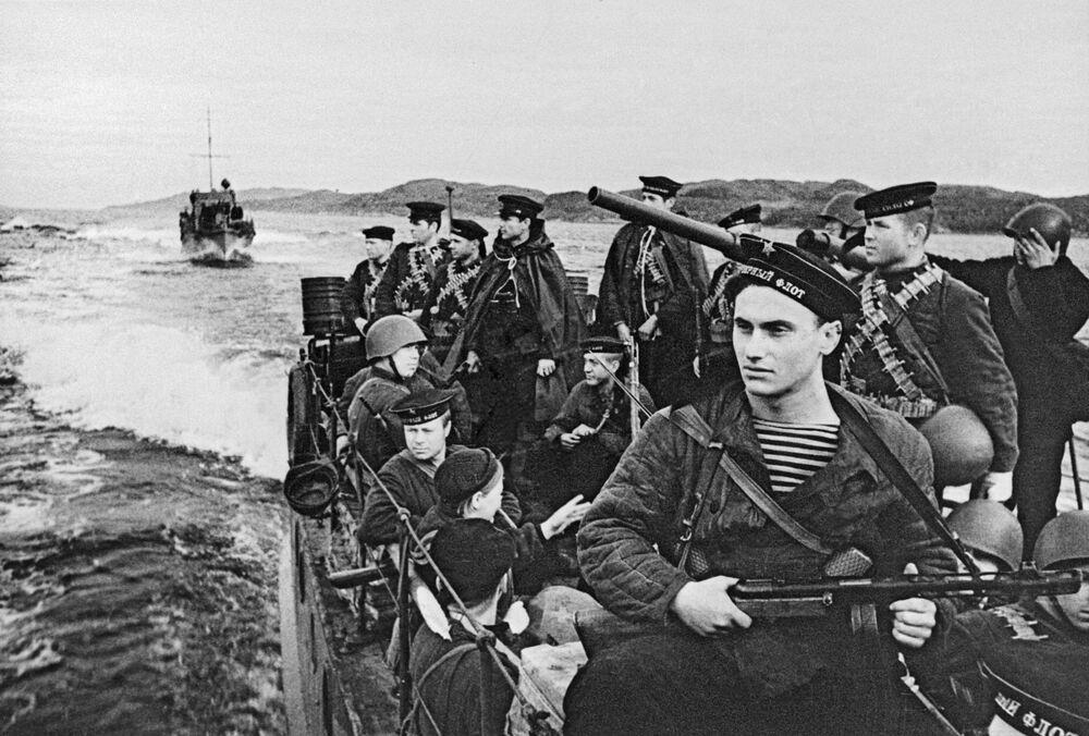 Výsadkáři Severního loďstvo plují do válečné zóny, 1942
