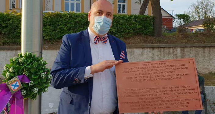 Robert Vašíček s maketou Koněvovy cedule