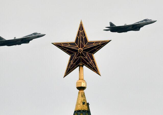 Stíhačky páté generace Su-57 na Přehlídce vítězství v Moskvě.