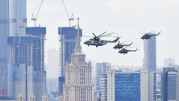 Těžký vrtulník Mi-26 a víceúčelové vrtulníky Mi-8 na letecké přehlídce vítězství v Moskvě - Sputnik Česká republika