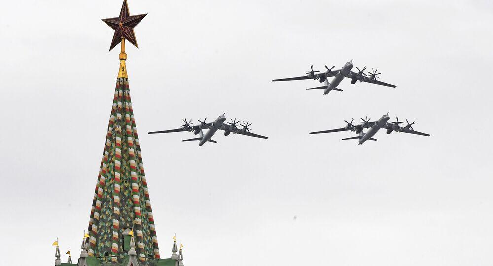 Bombardéry Tu-95MS na letecké přehlídce v Moskvě
