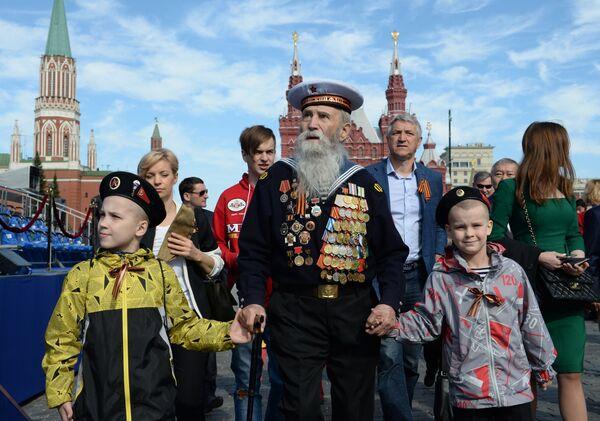 Veterán s dětmi před zahájením vojenského průvodu u příležitosti 70. výročí vítězství ve Velké vlastenecké válce. - Sputnik Česká republika