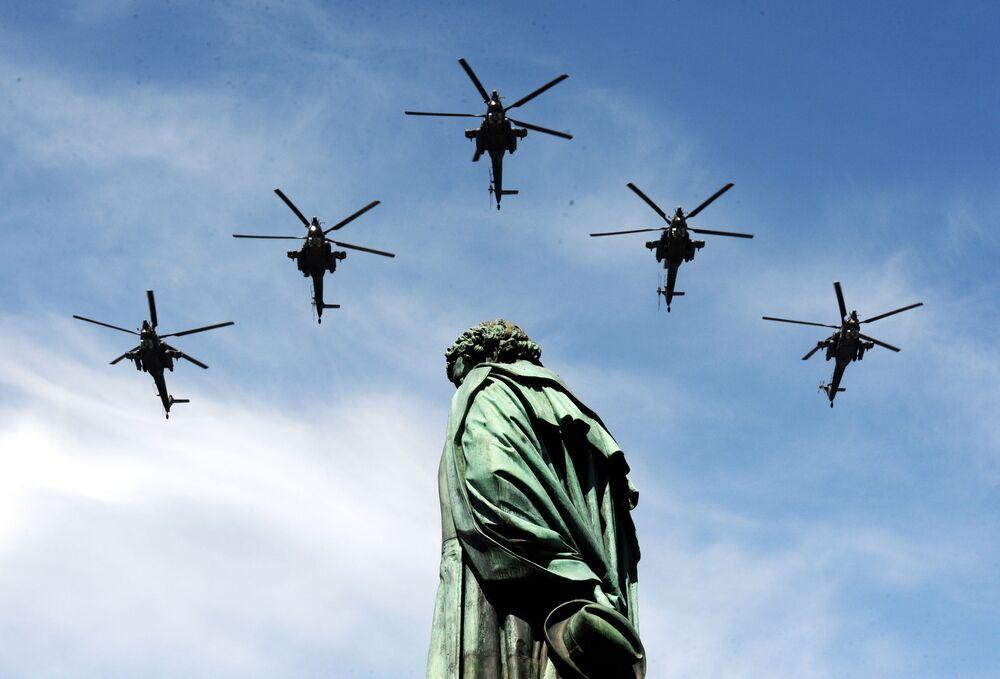 Útočné vrtulníky Mi-28H Noční lovec během přehlídky u příležitosti 70. výročí vítězství ve Velké vlastenecké válce.