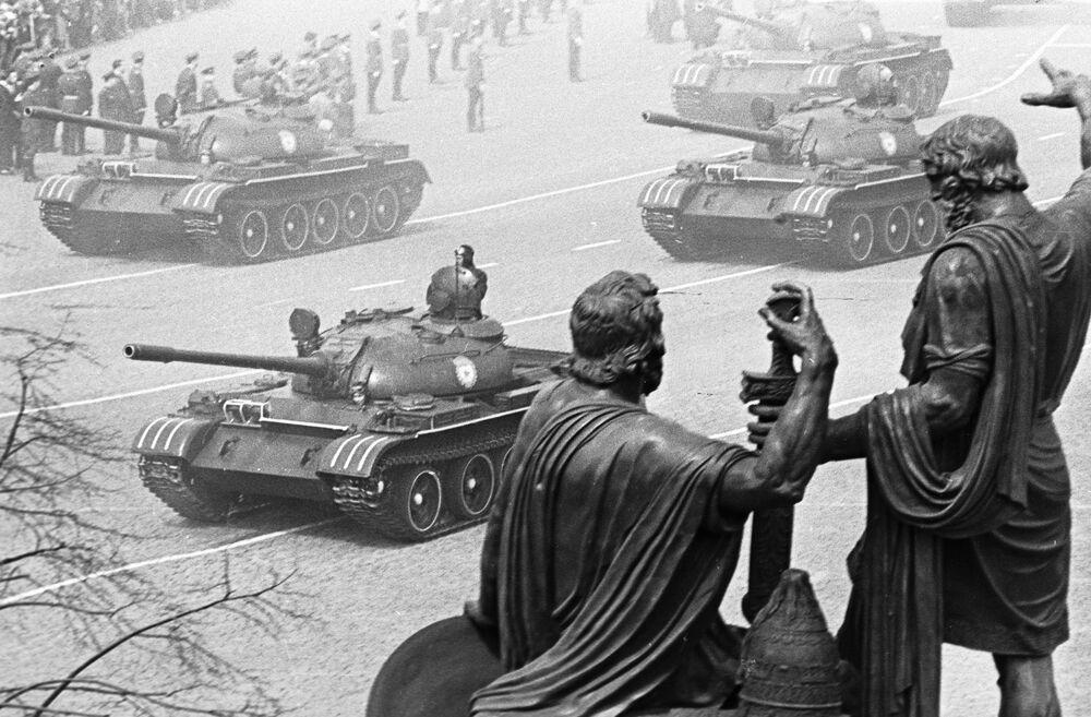 Konvoj vojenských tanků jede přes Rudé náměstí kolem památníku Mininovi a Požarskému na přehlídce věnované 20. výročí vítězství nad nacistickým Německem.