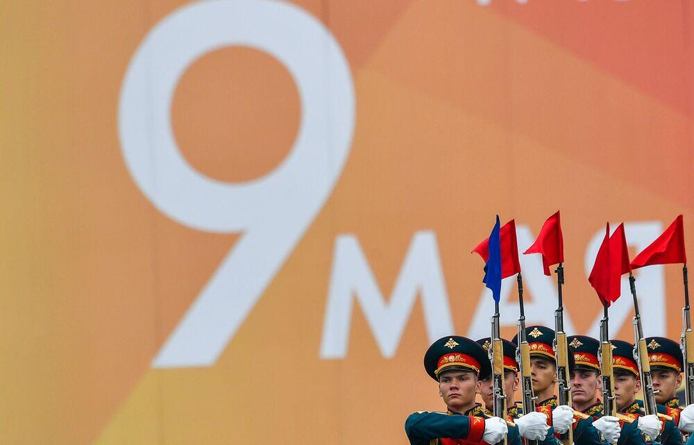 Čestní vojáci na vojenské přehlídce na Rudém náměstí.