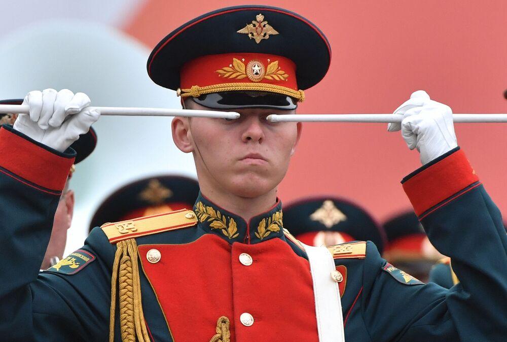 Bubeník vojenské skupiny Národní gardy Ruska během přehlídky vítězství na Rudém náměstí v Moskvě.
