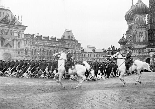 Přehlídka na Rudém náměstí v Moskvě 24. června 1945. - Sputnik Česká republika