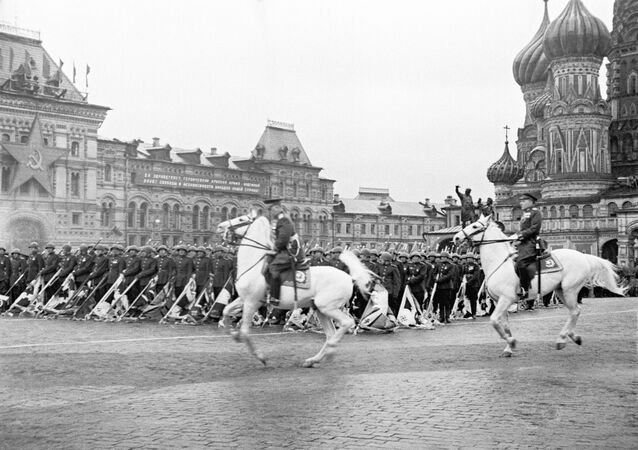 Přehlídka na Rudém náměstí v Moskvě 24. června 1945.