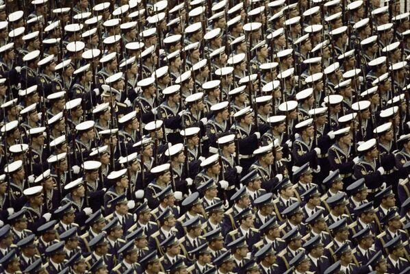 Vojenská přehlídka na Rudém náměstí věnovaná 40. výročí vítězství sovětského lidu ve Velké vlastenecké válce, 1985. - Sputnik Česká republika