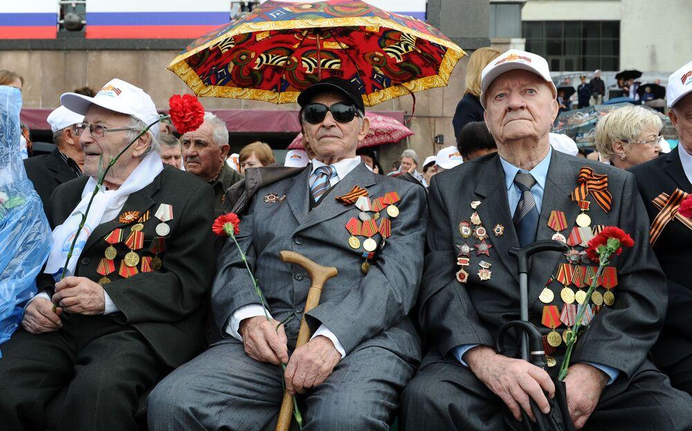 Veteráni druhé světové války během vojenské přehlídky na Rudém náměstí na počest 71. výročí vítězství ve Velké vlastenecké válce 1941-1945.