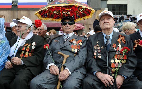 Veteráni druhé světové války během vojenské přehlídky na Rudém náměstí na počest 71. výročí vítězství ve Velké vlastenecké válce 1941-1945. - Sputnik Česká republika