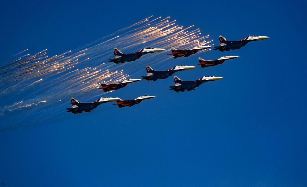 Akrobatický tým Su-30SM Ruští rytíři a akrobatický tým MiG-29 Striži během přehlídky vítězství.