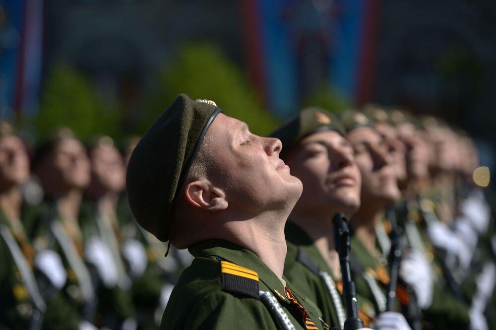 Vojáci na vojenské přehlídce na Rudém náměstí věnované 69. výročí vítězství ve Velké vlastenecké válce.