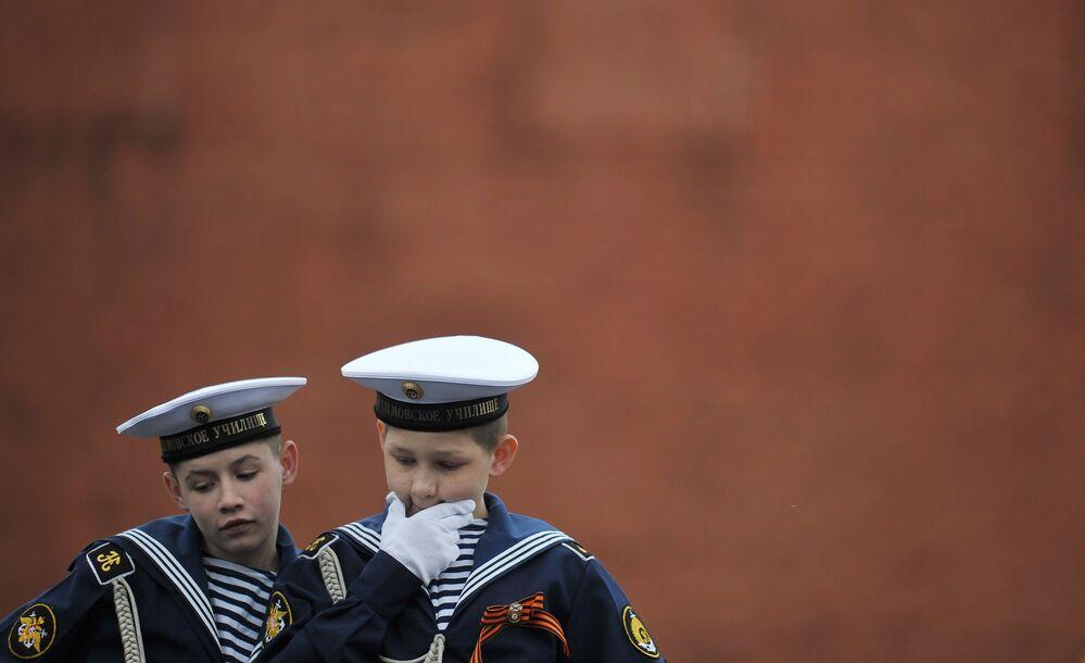 Kadeti Nahimovské námořní školy před zahájením přehlídky vítězství na Rudém náměstí v Moskvě.