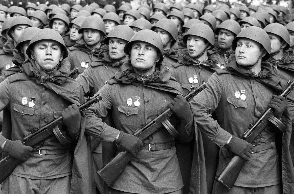 Sovětští vojáci na přehlídce na Rudém náměstí na počest 40. výročí vítězství.