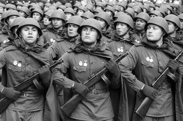 Sovětští vojáci na přehlídce na Rudém náměstí na počest 40. výročí vítězství. - Sputnik Česká republika