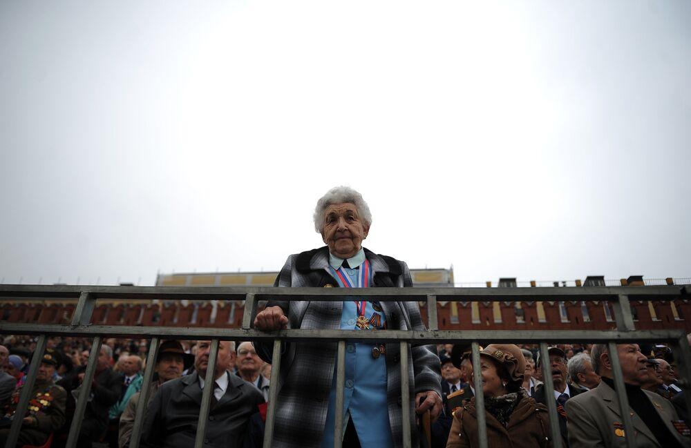 Veteráni druhé světové války na Rudém náměstí během průvodu k 67. výročí vítězství ve druhé světové válce.