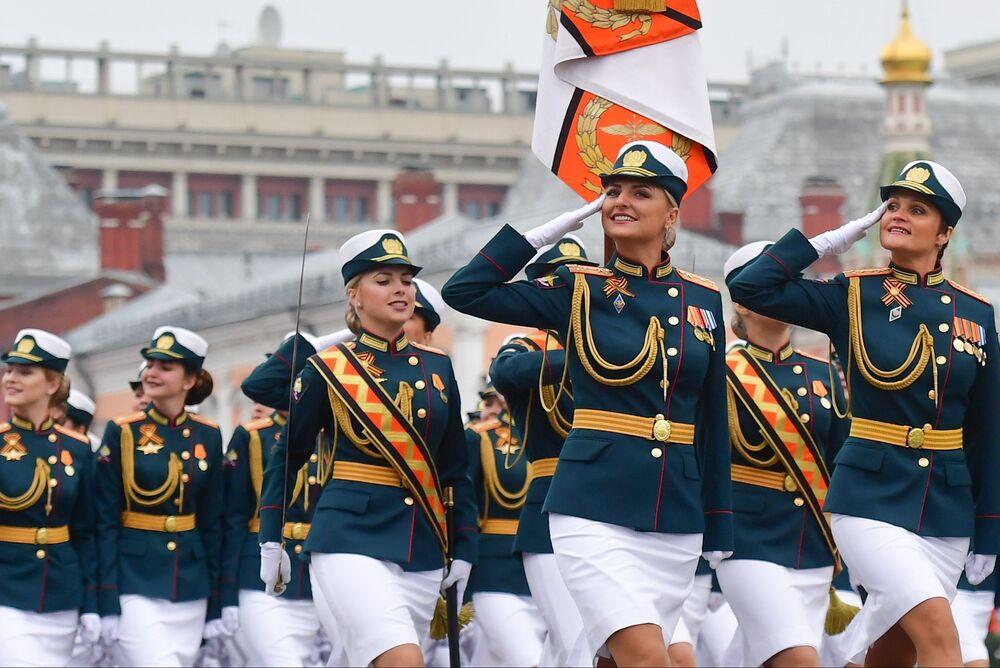 Vojačky během oslav Dne vítězství na Rudém náměstí v Moskvě.