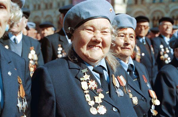 Veteráni druhé světové války během průvodu na Rudém náměstí v Moskvě, 2000. - Sputnik Česká republika