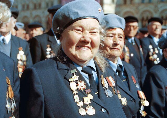 Veteráni Velké vlastenecké války během přehlídky na Rudém náměstí v Moskvě
