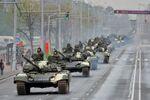 Tanky T-72 na ulicích Minska během zkoušky přehlídky