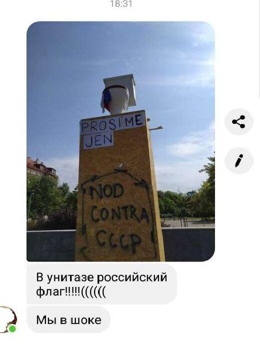 Obrázek ze sociálních sítí – pohaněná ruská vlajka. Je to důkaz toho, že Koněv je záminka k tažení proti Rusku (viz výrok Josefa Skály)
