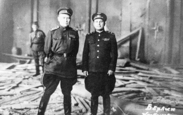 Konstantin Andrejevič Veršinin ve zničeném kabinetu Hitlera - Sputnik Česká republika