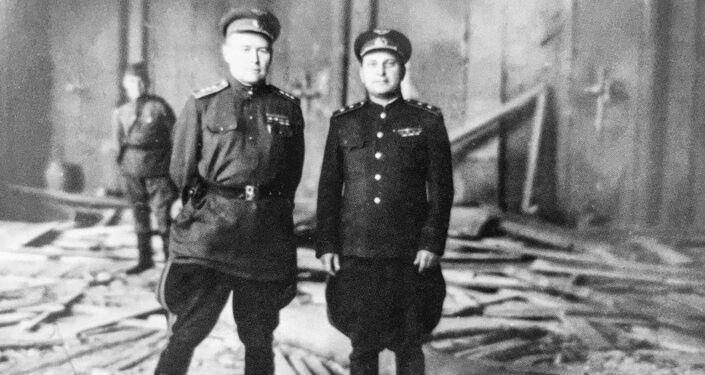 Konstantin Andrejevič Veršinin ve zničeném kabinetu Hitlera